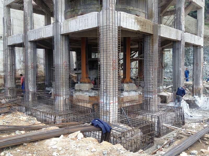 κατασκευή της ενίσχυσης του φέροντος οργανισμού ενός οκταωρόφου κτιρίου από οπλισμένο σκυρόδεμα στη Βόρεια Εύβοια